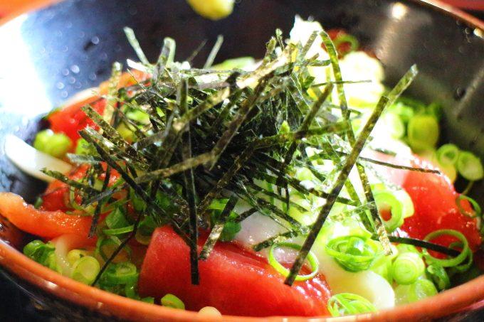 手打うどん「三徳」香川・高松市で「生魚」がのったうどんを食べる