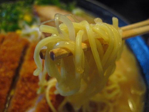自由軒大津店 みそカツラーメン 麺アップ
