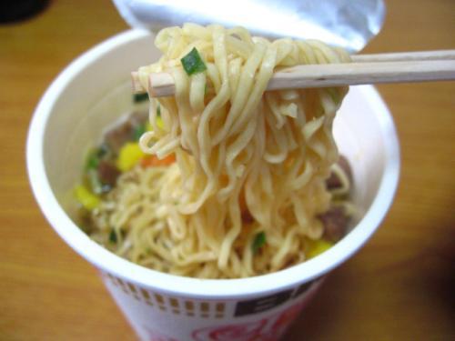 日清カップヌードル 麺アップ
