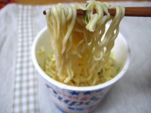 サッポロ一番カップスターしお 麺アップ