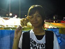 奥物部湖湖水祭2011 唐揚げを持つ竜一さん(画像サイズは乙女心です)