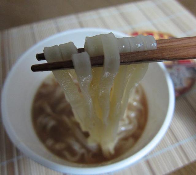 日清のレンジ専用どん兵衛 鴨だし 麺アップ