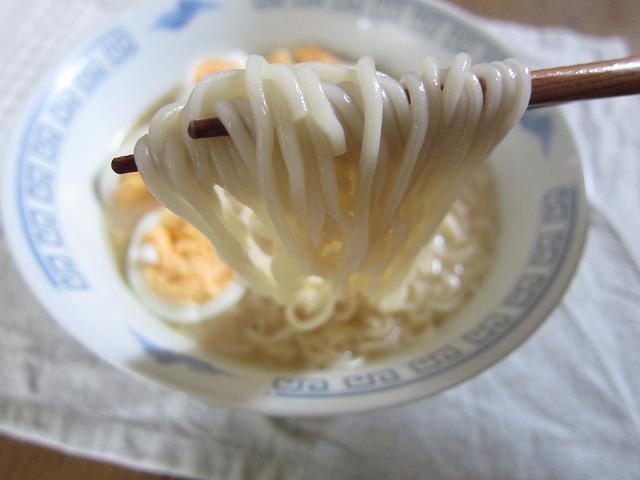 明星チャルメラとんこつ 麺アップ