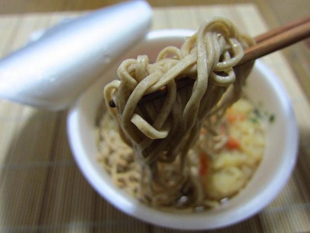 日清のどん兵衛 天ぷらそば 麺アップ