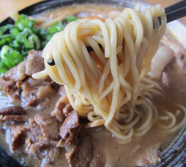 中華そば田村 中華そば(バラ肉+チャーシュー入り)大 麺アップ