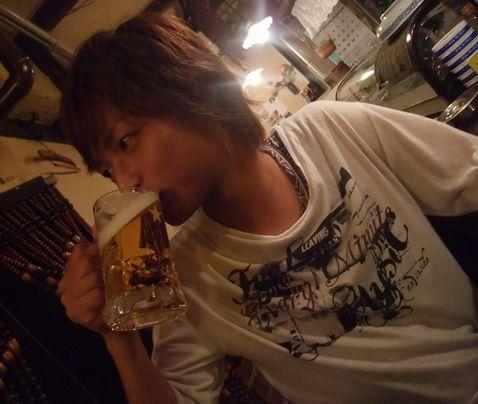 ケムリさんで生ビールを飲む竜一