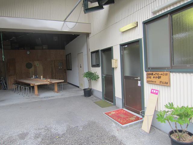 三里うどん本舗 外の飲食スペース