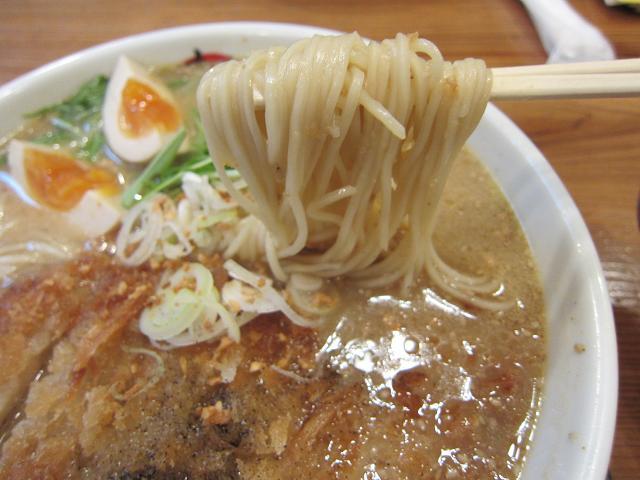 まる家・春野店 みそかつラーメン(とくだま) 麺アップ