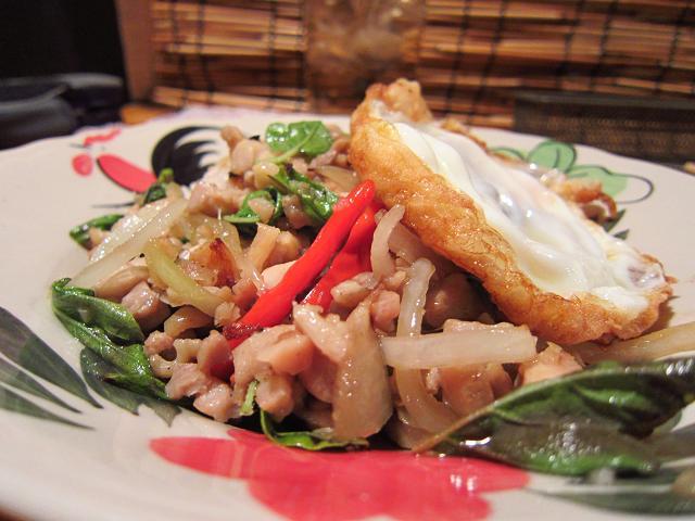 Asian Dining Chang 鶏肉のタイハーブ炒めごはん 後方
