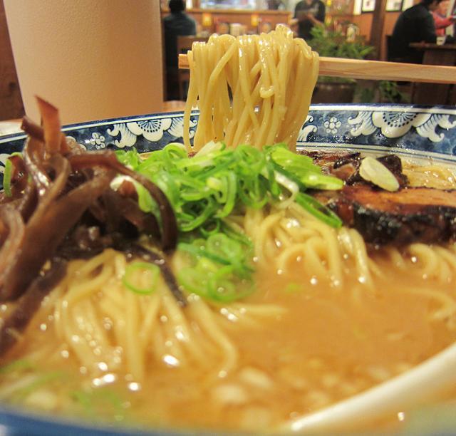 りょう花南国店 みそラーメン(大盛) 麺アップ