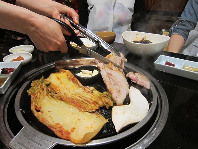韓国居酒屋景福宮 サムギョプサル 切ってゆきます