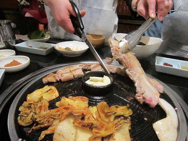 韓国居酒屋景福宮 サムギョプサル 切ってゆきます2
