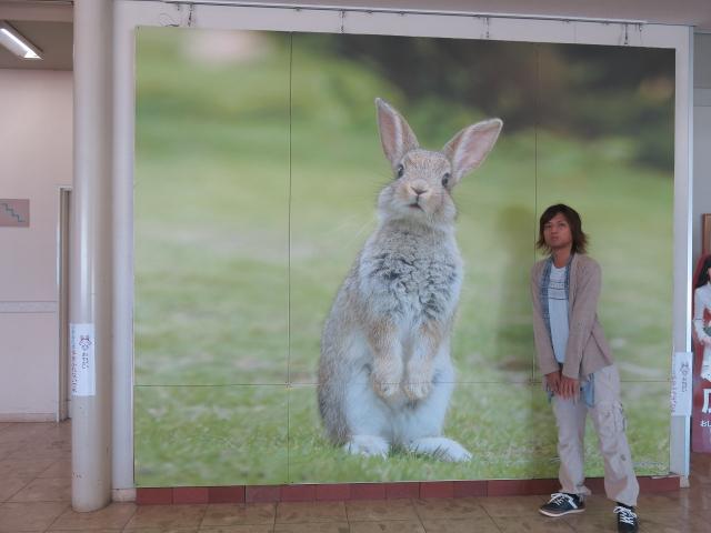 大きなウサギ画像と記念撮影する竜一