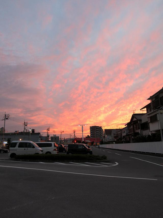 夕方のスーパーの駐車場を覆う綺麗