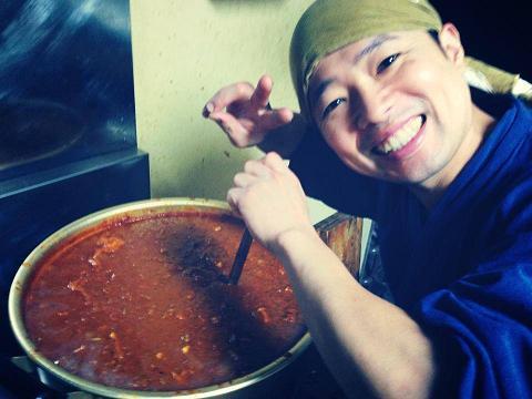 スパイシートマトカレーを作るマスター