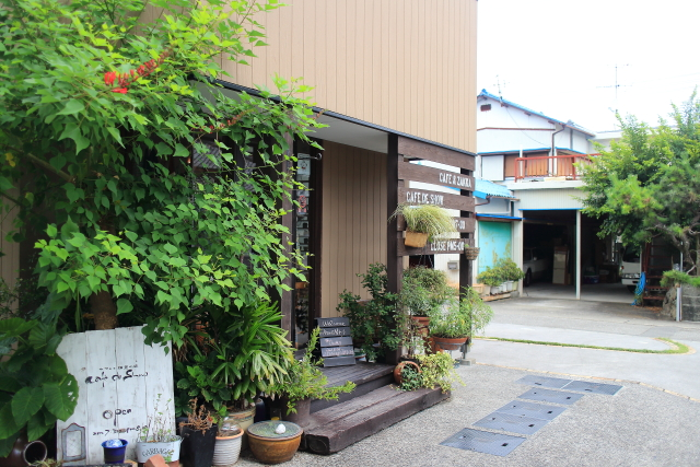 「cafe de show(カフェド昭)」 高架下のキュートカフェ