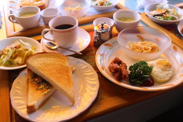 高知市パスタカフェ八乃森のモーニング バジルベーコントーストサンド & 目玉焼き