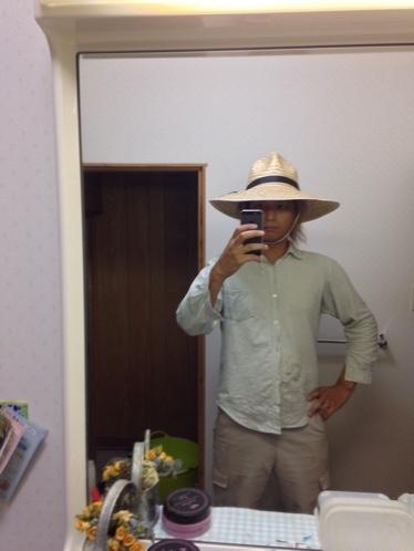 麦わら帽子の被り方 正統派水平コーディネイト