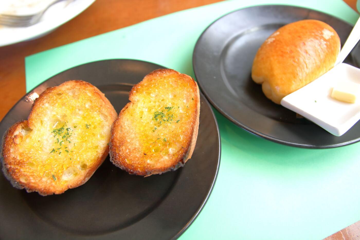 南国市浜改田 ナポリの風 パスタセットのガーリックトーストとロールパン