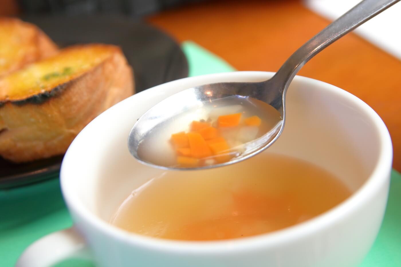 南国市浜改田 ナポリの風 パスタセットのスープ 具材はニンジンとタマネギなど