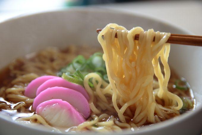 マルちゃん正麺醤油のアレンジレシピ!かまぼこは世界を救う!