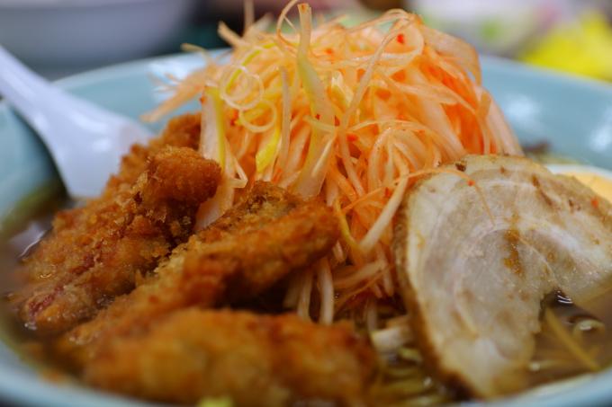 「豚太郎 佐川店」ピリ辛ネギカツラーメン(醤油スープ)