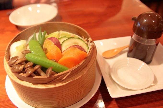 スルラクセの料理 四万十町佐竹さんの芋豚と高知産野菜のせいろ蒸し 黒潮町土佐の塩丸(天日塩)と馬路村ゆずポン酢で