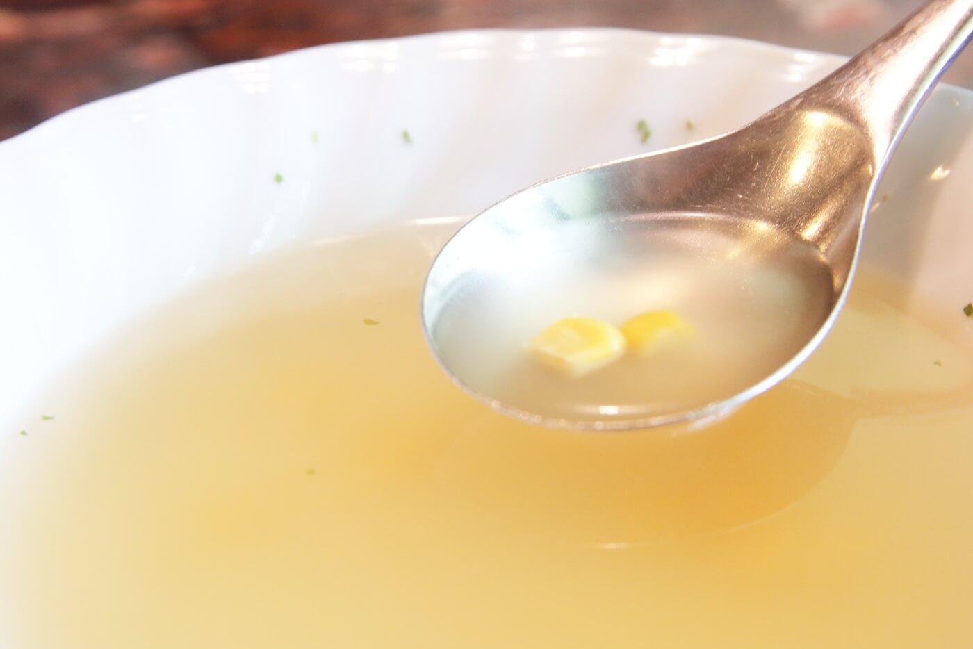 高知市の鶏料理屋さん 鳥心 コンソメスープにはコーンが入っている