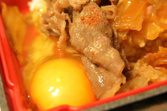 すき家「和牛すき焼き丼」持ち帰り弁当に生卵を入れた