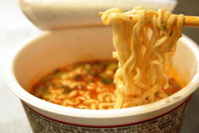 スーパーカップ1.5倍 担担うどんの麺(カドメン)