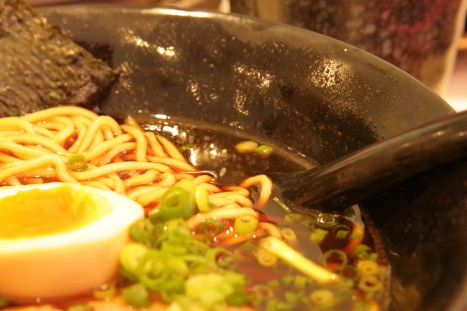 はま寿司・2017年10月5日からの期間限定フェアメニュー・荒節醤油ラーメン・黒いスープ