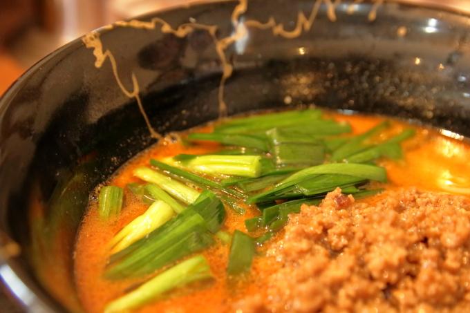 中華そば楽「担々麺」ニラのアップ