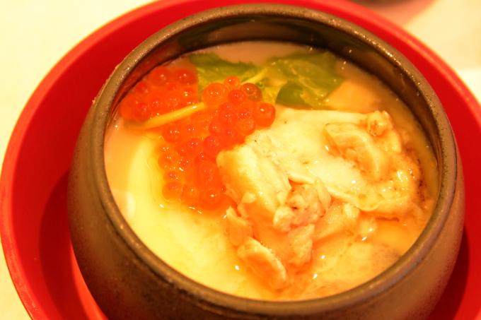 はま寿司・2017年10月5日からの期間限定フェアメニュー・炙りトロサーモンとイクラの茶碗蒸し・拡大