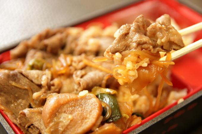 すき家「和牛すき焼き丼」持ち帰り弁当のごはんと肉
