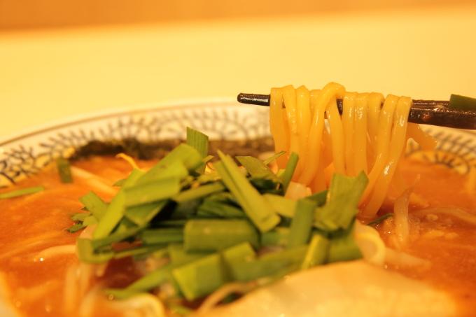 丸源ラーメン 味噌ラーメンの麺(太麺)