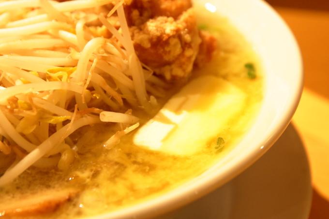 豚太郎 介良店の唐揚げ塩ラーメンのバターとスープ