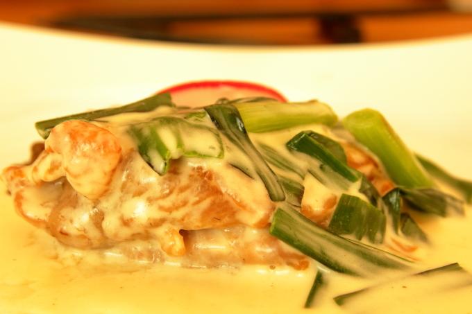 assiette(アシェット)国産若鶏と葉ニンニクのフリカッセのアップ