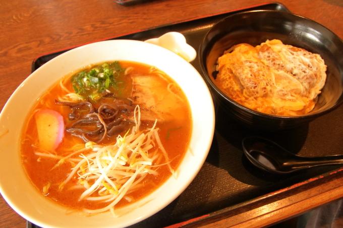 老麺館2番のにんにくラーメンとカツ丼セット