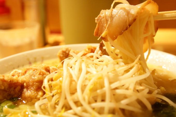 豚太郎 介良店の唐揚げ塩ラーメンの麺とモヤシとチャーシュー