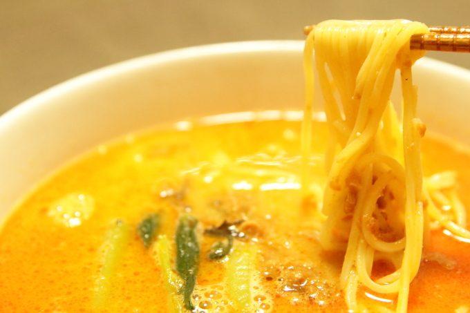 ファミリーマートの冷凍担々麺「胡麻香る担々麺」の麺