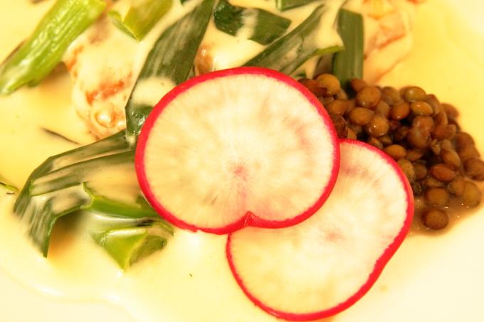 assiette(アシェット)国産若鶏と葉ニンニクのフリカッセ、ハート形の大根