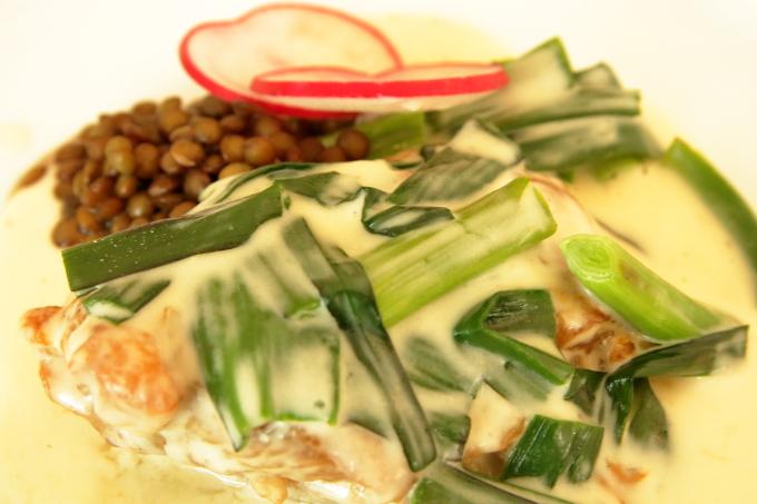 assiette(アシェット)国産若鶏と葉ニンニクのフリカッセの葉ニンニク