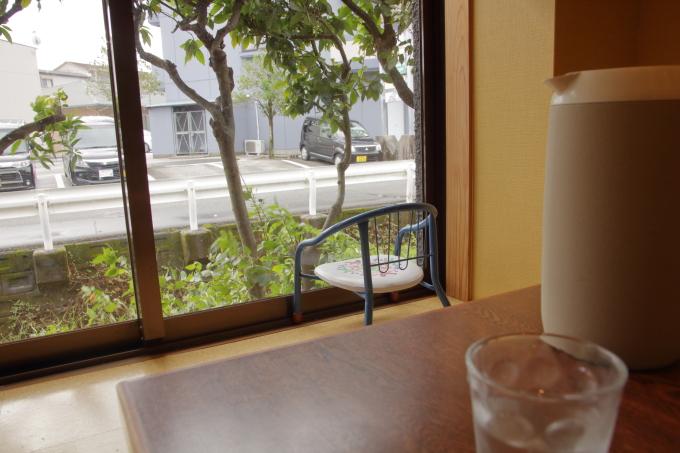 老麺館2番の店内(窓)