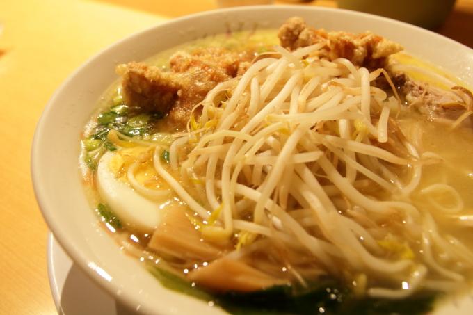 豚太郎 介良店の唐揚げ塩ラーメンのモヤシとゆで卵とメンマ