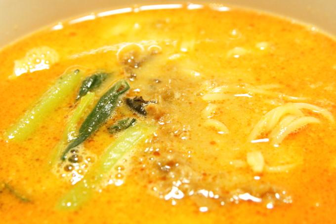 ファミリーマートの冷凍担々麺「胡麻香る担々麺」ほうれん草とひき肉