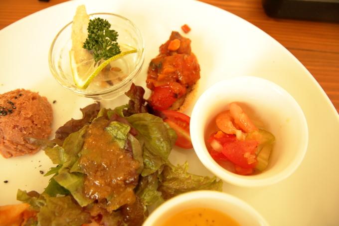 assiette(アシェット)フルーツトマトのマリネ、ブルスケッタ、エスカベッシュ