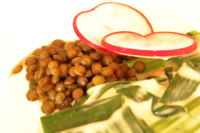 assiette(アシェット)国産若鶏と葉ニンニクのフリカッセの豆と大根