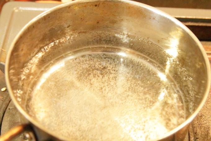 お湯が入った鍋