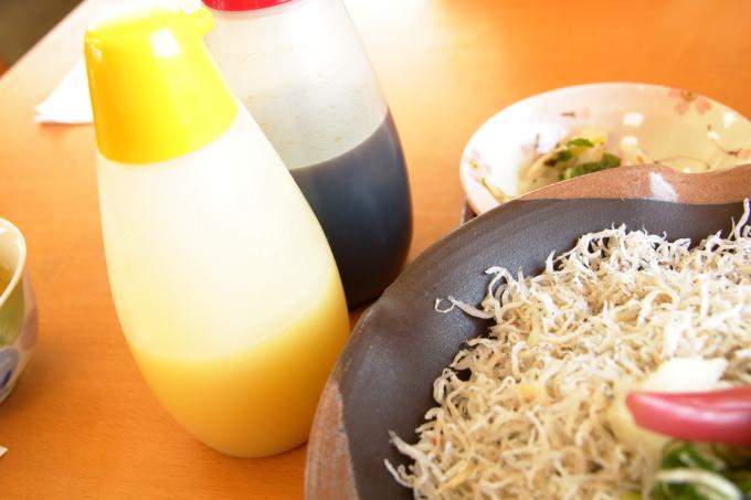 安芸しらす食堂の釜揚げちりめん丼にかけるゆず酢とポン酢