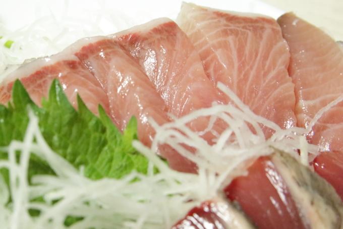 魚屋の刺身・ブリとカツオのタタキ1